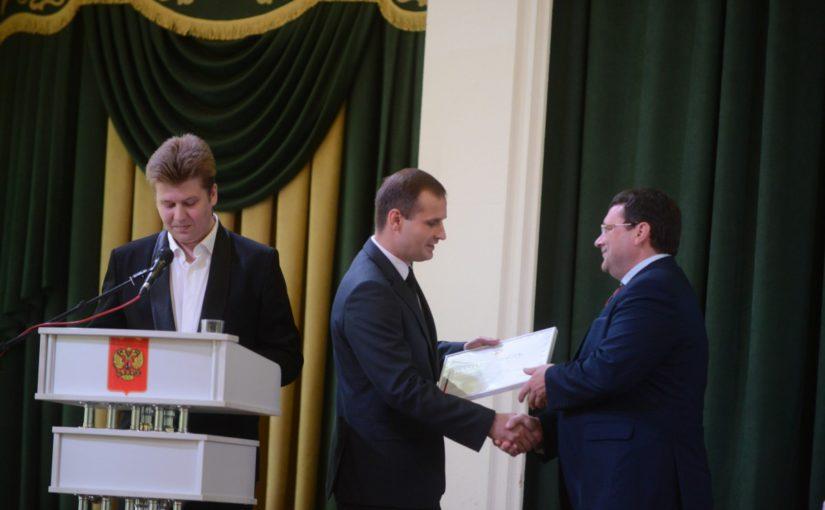 Сергей Леонов вручил Константину Серенкову  награду от Совета Федерации на XV Съезде  совета муниципальных образований