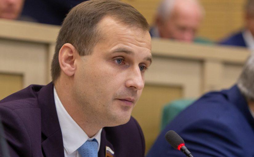 Сенатор от Смоленской области, координатор смоленского регионального отделения ЛДПР Сергей Леонов выступил на заседании Совета Федерации с призывом не винить главных врачей в невыплатах медперсоналу.