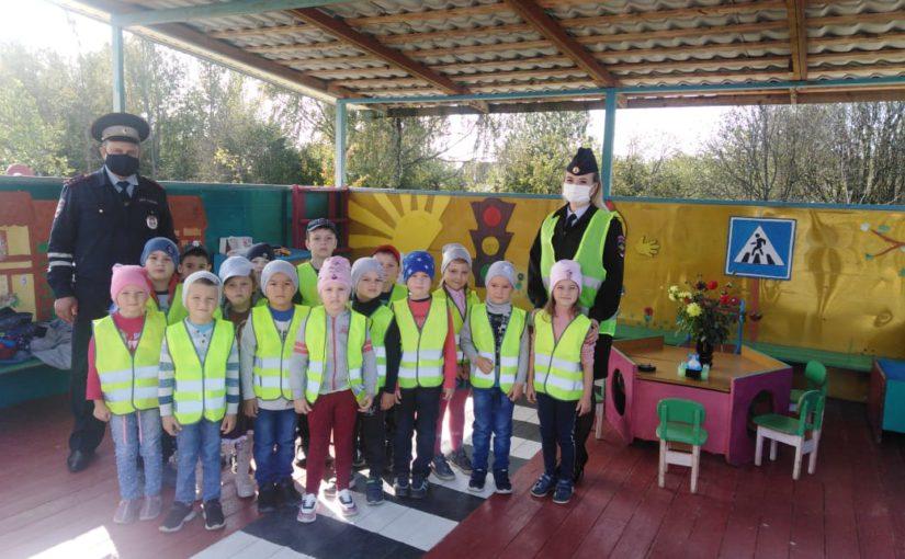 Сотрудники Госавтоинспекции провели акцию «Засветись» в детском саду в рамках оперативно-профилактических мероприятий «Неделя безопасности» «Пешеход»